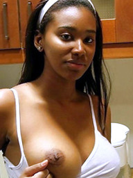 Amateur black hottie show off her..